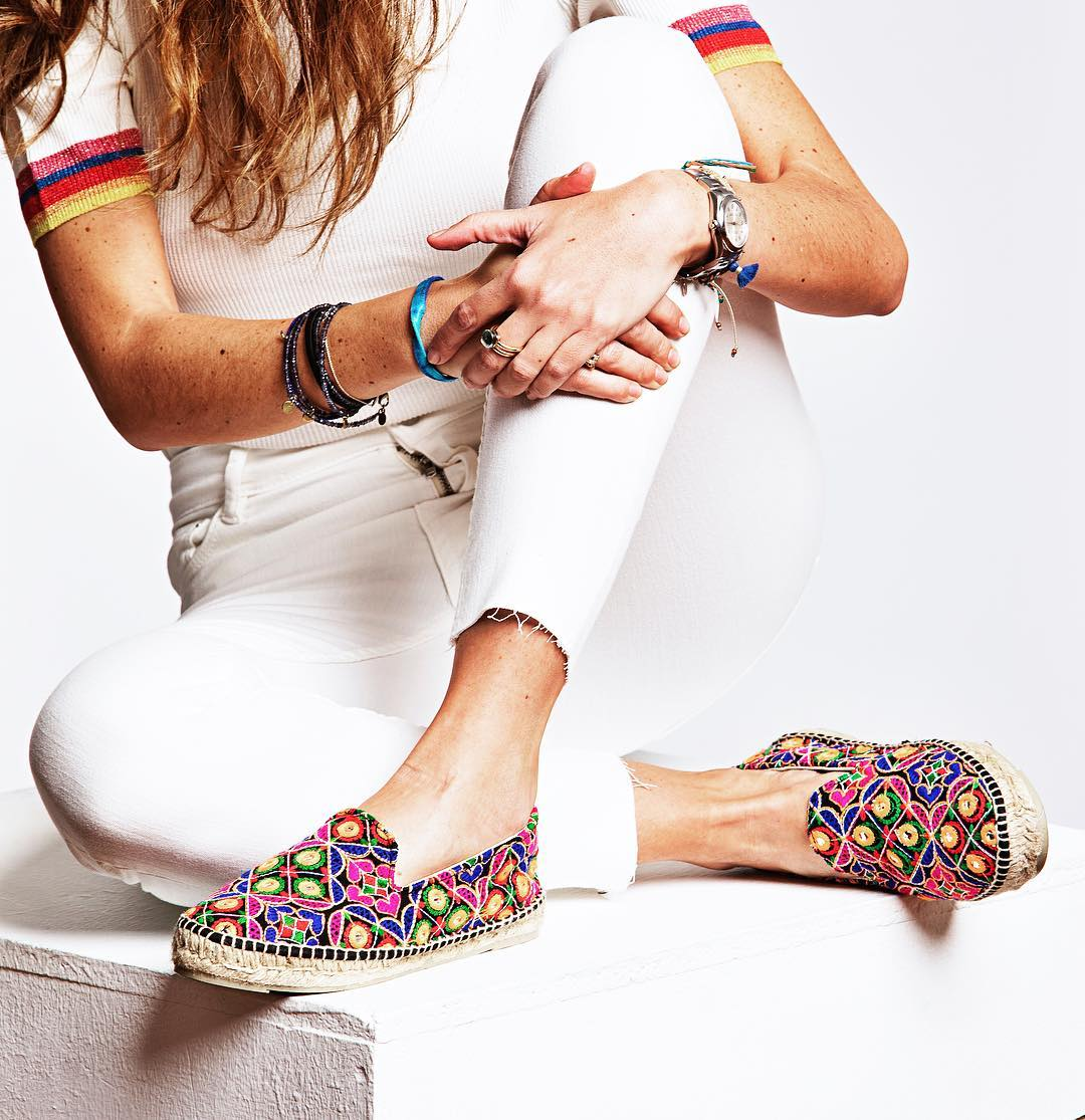 50dbdbb26a4 Διάλεξε από την ντουλάπα το αγαπημένο σου denim jeans (ιδανικά skinny) και  παίξε με ένα ζευγάρι εσπαντρίγιες σε έντονα χρωματιστά patterns που θα ...